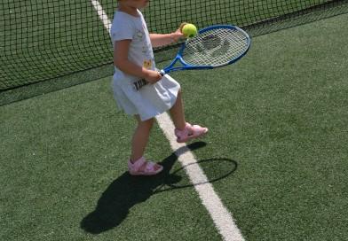 Tenisul, sportul care învinge timiditatea. Beneficiile lui în cazul copiilor