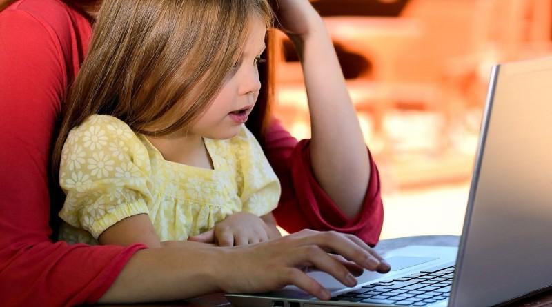Cum să organizezi gratuit o oră de programare pentru copilul tău, acasă sau la școală