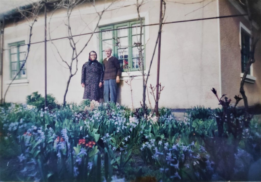Casa bunicilor si gradina de flori